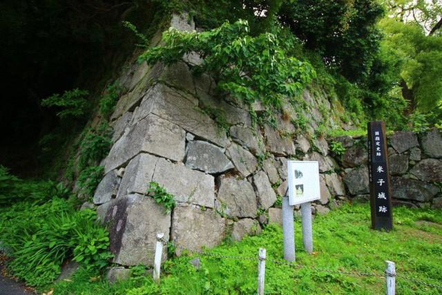 Hàng loạt báo Nhật bức xúc dòng chữ A.HÀO khắc bậy lên khu di tích quốc gia - Ảnh 3.