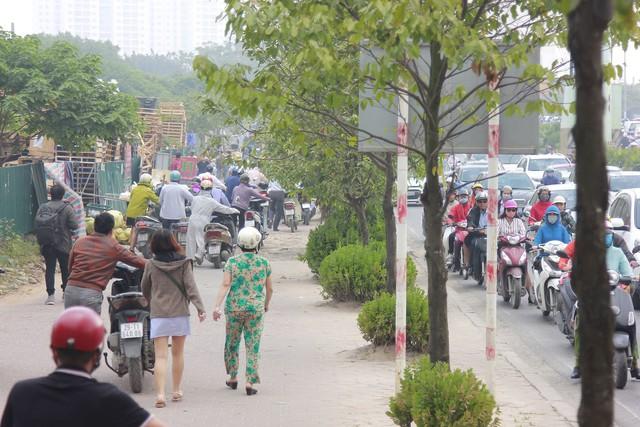 Người dân phải dắt bộ xe máy hàng trăm mét ngược vỉa hè để tránh ùn tắc: Hệ quả của xe buýt nhanh BRT? - Ảnh 6.