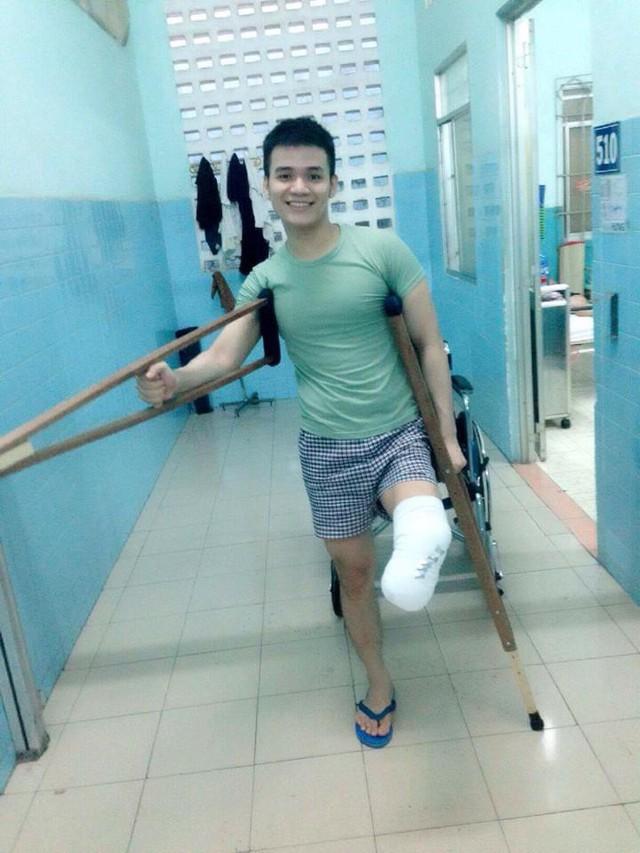 Chuyện chàng trai Sài Gòn mất một chân vẫn ngày ngày chăm sóc cụ già neo đơn nằm liệt giường - Ảnh 1.