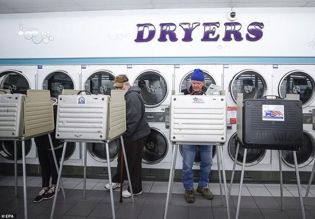 Cuộc bầu cử đậm chất Mỹ: Đến hầm bia, bể bơi, tiệm giặt là cũng trở thành nơi bỏ phiếu - Ảnh 2.