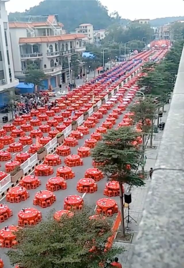 Đám cưới siêu khổng lồ tại Trung Quốc: Hàng nghìn bàn tiệc nhuộm đỏ một con phố dài cả cây số! - Ảnh 2.