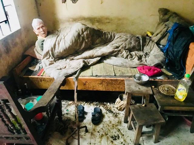 Chuyện chàng trai Sài Gòn mất một chân vẫn ngày ngày chăm sóc cụ già neo đơn nằm liệt giường - Ảnh 4.
