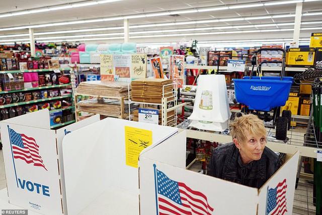 Cuộc bầu cử đậm chất Mỹ: Đến hầm bia, bể bơi, tiệm giặt là cũng trở thành nơi bỏ phiếu - Ảnh 4.