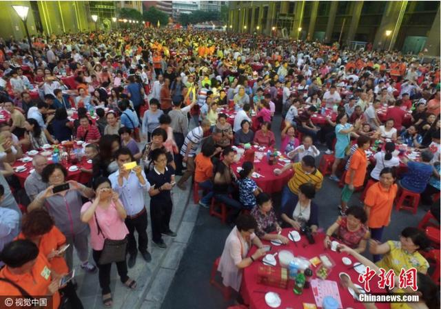 Đám cưới siêu khổng lồ tại Trung Quốc: Hàng nghìn bàn tiệc nhuộm đỏ một con phố dài cả cây số! - Ảnh 5.