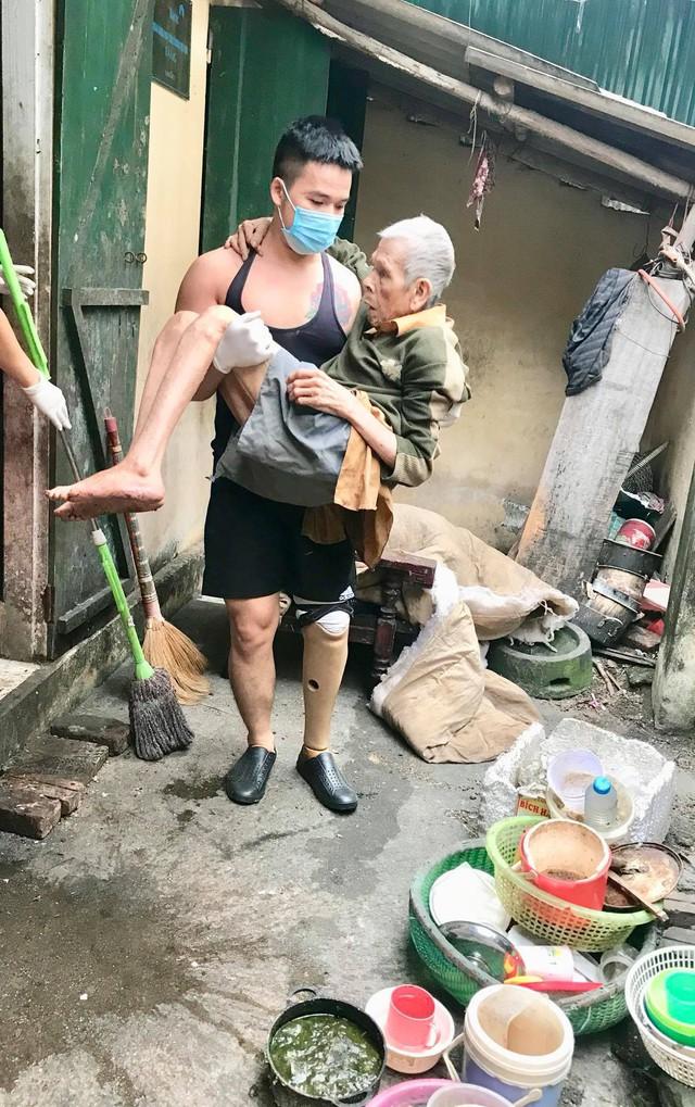 Chuyện chàng trai Sài Gòn mất một chân vẫn ngày ngày chăm sóc cụ già neo đơn nằm liệt giường - Ảnh 6.