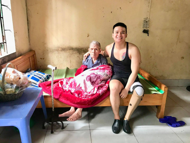 Chuyện chàng trai Sài Gòn mất một chân vẫn ngày ngày chăm sóc cụ già neo đơn nằm liệt giường - Ảnh 7.