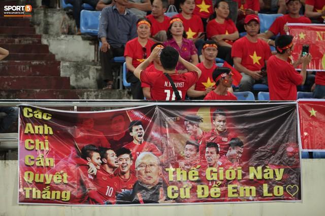 Đây mới là lý do khiến cầu thủ Lào chạnh lòng sau trận thua Việt Nam ở AFF Cup 2018 - Ảnh 7.