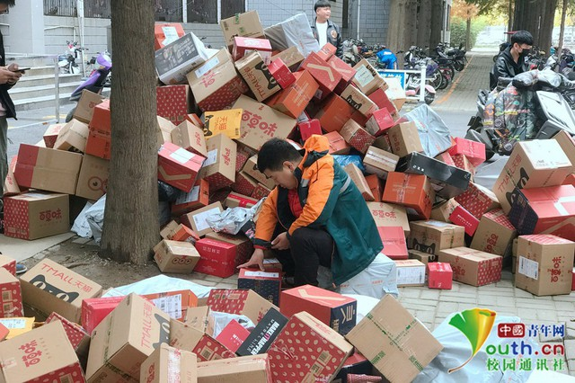 Chơi lớn như sinh viên Trung Quốc: Cả trường đua nhau mua đồ giảm giá, ship về chất đống, chẳng biết của ai mà nhận - Ảnh 1.
