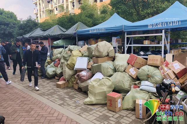 Chơi lớn như sinh viên Trung Quốc: Cả trường đua nhau mua đồ giảm giá, ship về chất đống, chẳng biết của ai mà nhận - Ảnh 2.