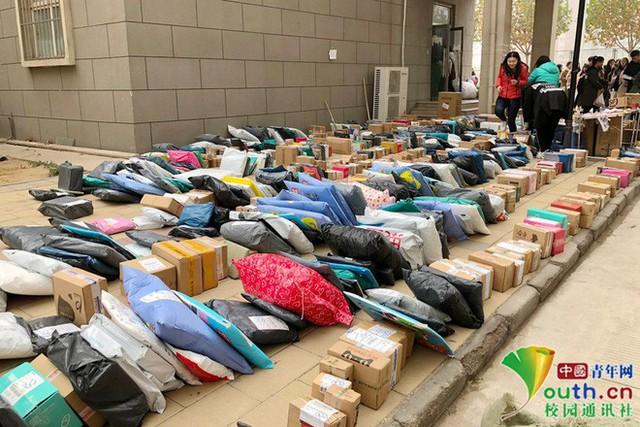 Chơi lớn như sinh viên Trung Quốc: Cả trường đua nhau mua đồ giảm giá, ship về chất đống, chẳng biết của ai mà nhận - Ảnh 3.