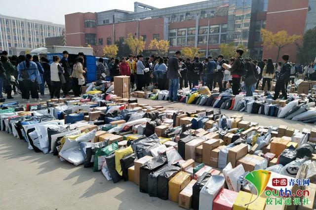 Chơi lớn như sinh viên Trung Quốc: Cả trường đua nhau mua đồ giảm giá, ship về chất đống, chẳng biết của ai mà nhận - Ảnh 4.