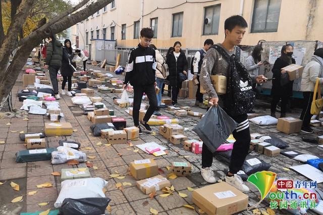 Chơi lớn như sinh viên Trung Quốc: Cả trường đua nhau mua đồ giảm giá, ship về chất đống, chẳng biết của ai mà nhận - Ảnh 5.