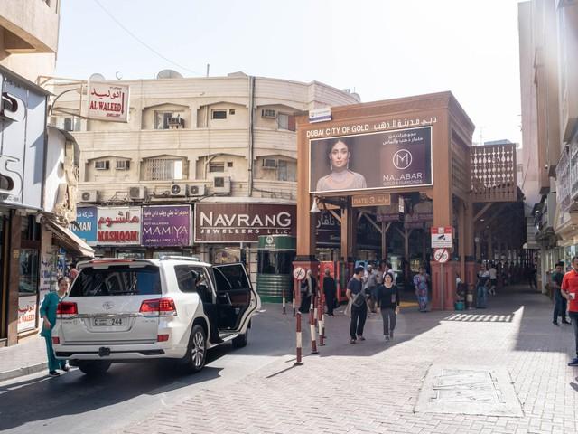 Khu chợ không có gì ngoài điều kiện ở Dubai: Trưng bày chiếc nhẫn vàng lớn nhất thế giới nặng 64kg trị giá 3 triệu USD để du khách tha hồ selfie - Ảnh 3.