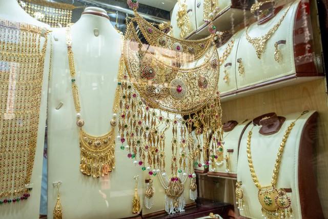Khu chợ không có gì ngoài điều kiện ở Dubai: Trưng bày chiếc nhẫn vàng lớn nhất địa cầu nặng 64kg trị giá 3 triệu USD để du khách tha hồ selfie - Ảnh 4.