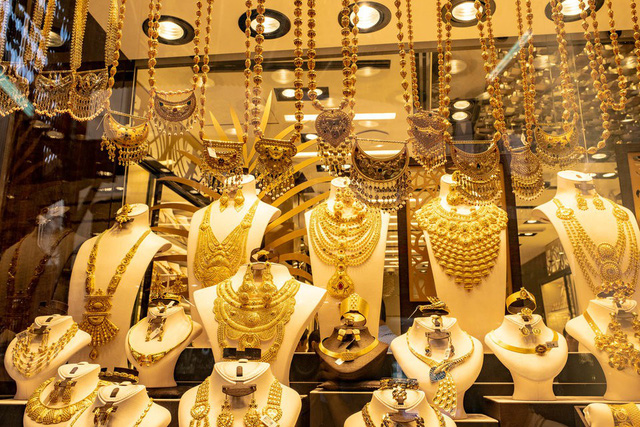 Khu chợ không có gì ngoài điều kiện ở Dubai: Trưng bày chiếc nhẫn vàng lớn nhất thế giới nặng 64kg trị giá 3 triệu USD để du khách tha hồ selfie - Ảnh 5.