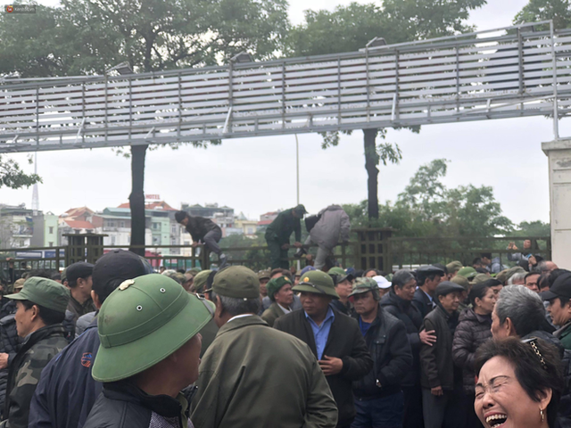 Hàng trăm người lạ mặt trèo tường, vây kín trụ sở VFF để đòi mua vé chung kết AFF Cup 2018 - Ảnh 1.