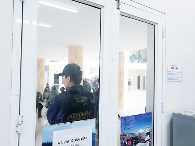 Hàng trăm người lạ mặt trèo tường, vây kín trụ sở VFF để đòi mua vé chung kết AFF Cup 2018 - Ảnh 4.