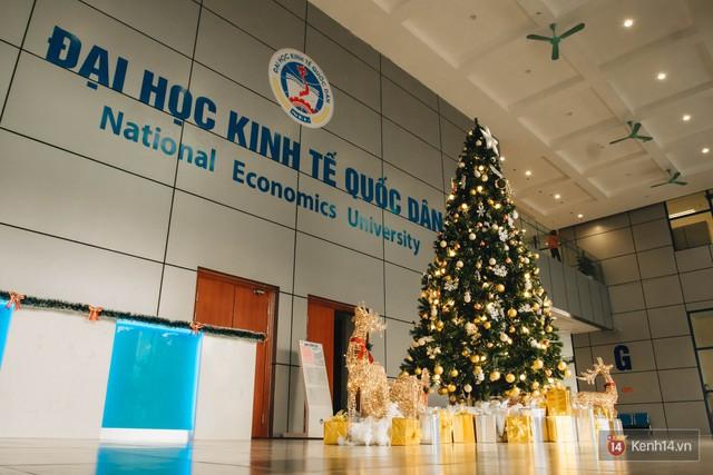 Xịn như Kinh tế Quốc dân: Dựng không gian checkin Noel sang như khách sạn bên trong toà nhà thế kỷ 96.000 m2 với 17 thang máy! - Ảnh 1.