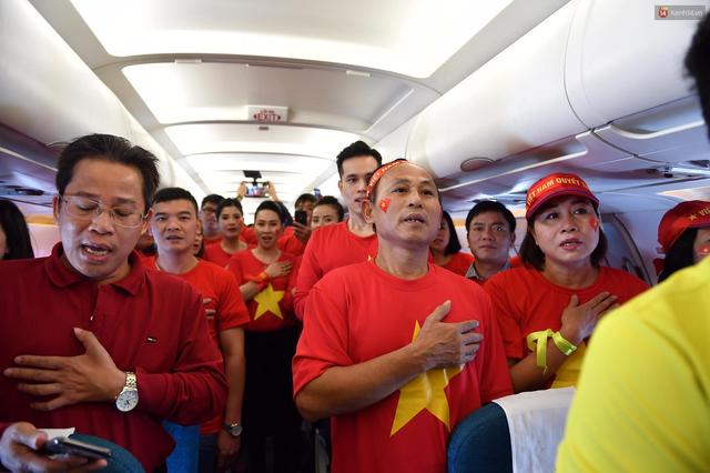 CĐV Việt Nam cùng nhau hát Quốc ca ở độ cao 10.000m, hết mình cổ vũ cho ĐT nước nhà trong trận chung kết AFF Cup 2018 - Ảnh 3.
