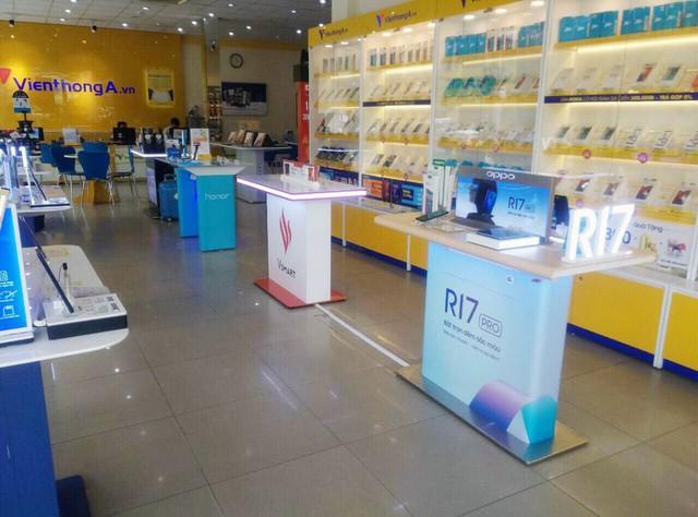Lộ ảnh khu trải nghiệm điện thoại Vsmart của tỷ phú Phạm Nhật Vượng tại các hệ thống bán lẻ - Ảnh 1.