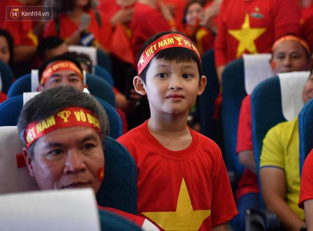CĐV Việt Nam cùng nhau hát Quốc ca ở độ cao 10.000m, hết mình cổ vũ cho ĐT nước nhà trong trận chung kết AFF Cup 2018 - Ảnh 6.