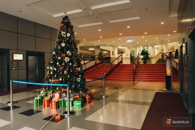 Xịn như Kinh tế Quốc dân: Dựng không gian checkin Noel sang như khách sạn bên trong toà nhà thế kỷ 96.000 m2 với 17 thang máy! - Ảnh 8.