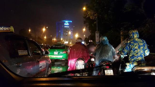 Chen chúc và bất lực trong mưa rét tê tái, người Hà Nội về được nhà cũng là một kì tích - Ảnh 1.