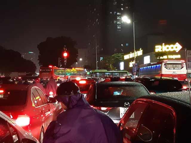 Chen chúc và bất lực trong mưa rét tê tái, người Hà Nội về được nhà cũng là một kì tích - Ảnh 2.