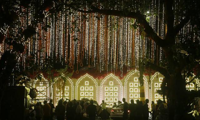 Khoảng cách giàu nghèo nghiệt ngã tại Ấn Độ nhìn từ đám cưới 100 triệu USD, kéo dài hàng tuần của con gái tỷ phú - Ảnh 1.
