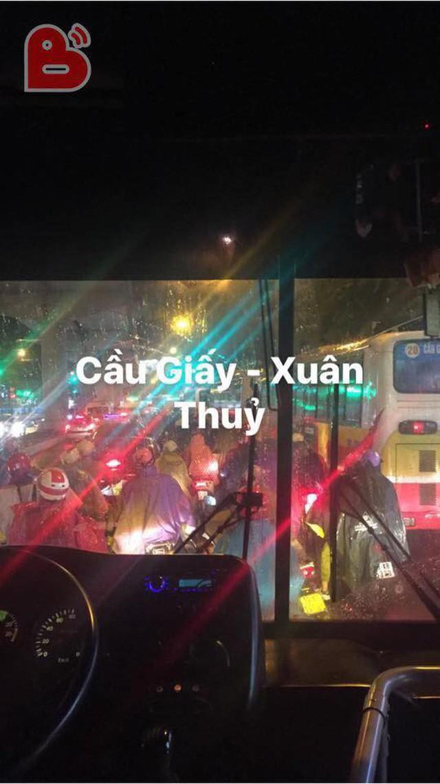 Chen chúc và bất lực trong mưa rét tê tái, người Hà Nội về được nhà cũng là một kì tích - Ảnh 4.