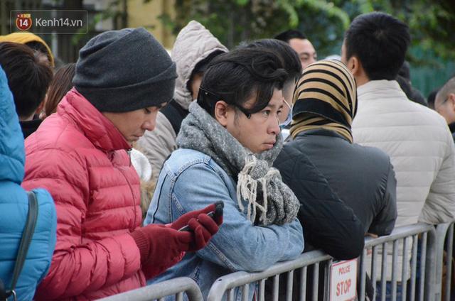 Hàng ngàn người xếp hàng dưới cái lạnh 13 độ để chờ nhận vé xem chung kết của đội tuyển Việt Nam - Ảnh 6.