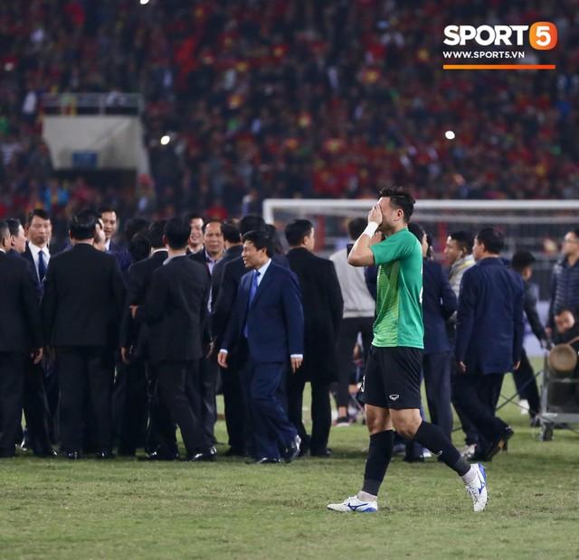 Vô địch AFF Cup 2018, thủ thành Văn Lâm bật khóc rưng rức khi ăn mừng cùng Quế Ngọc Hải - Ảnh 1.