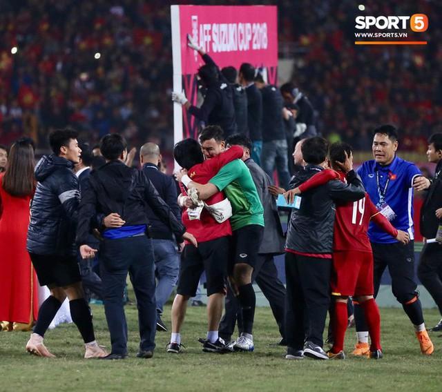 Vô địch AFF Cup 2018, thủ thành Văn Lâm bật khóc rưng rức khi ăn mừng cùng Quế Ngọc Hải - Ảnh 2.