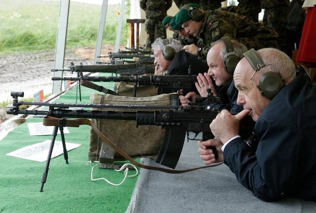 Đây là lý do tỷ lệ sở hữu súng ở Thụy Sĩ cực cao nhưng không có các vụ xả súng như Mỹ - Ảnh 3.
