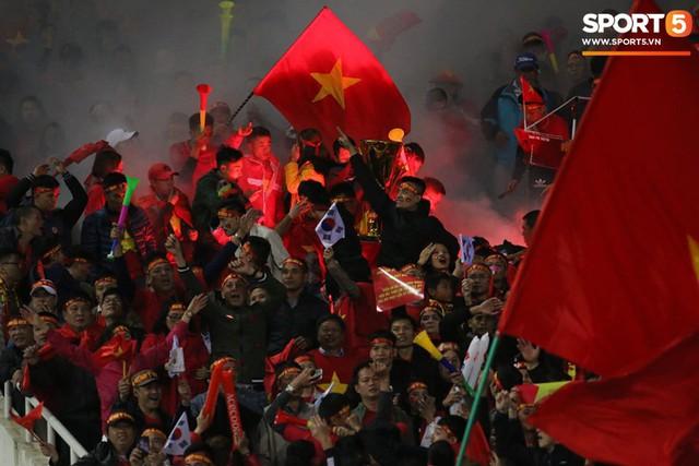 Pháo sáng lại cháy trên khán đài Mỹ Đình, LĐBĐ Việt Nam đối diện nguy cơ bị phạt - Ảnh 3.