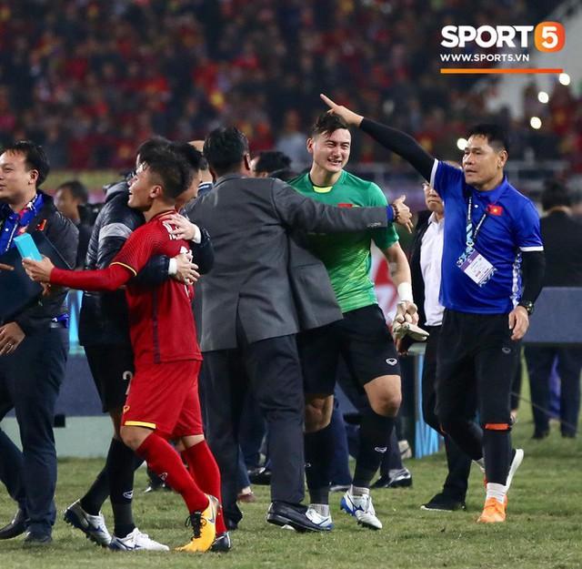 Vô địch AFF Cup 2018, thủ thành Văn Lâm bật khóc rưng rức khi ăn mừng cùng Quế Ngọc Hải - Ảnh 3.
