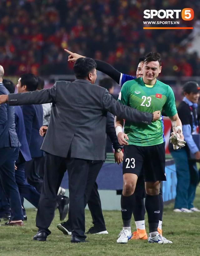Vô địch AFF Cup 2018, thủ thành Văn Lâm bật khóc rưng rức khi ăn mừng cùng Quế Ngọc Hải - Ảnh 4.