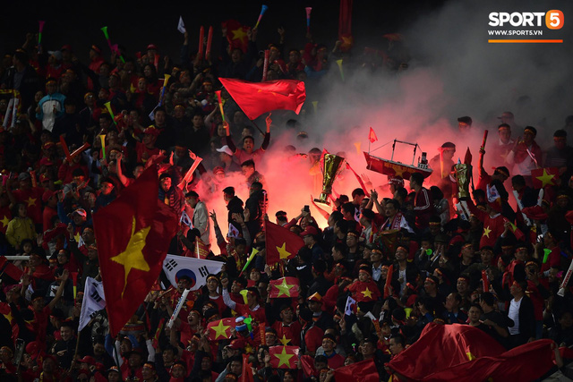 Pháo sáng lại cháy trên khán đài Mỹ Đình, LĐBĐ Việt Nam đối diện nguy cơ bị phạt - Ảnh 5.