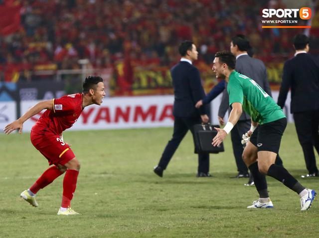 Vô địch AFF Cup 2018, thủ thành Văn Lâm bật khóc rưng rức khi ăn mừng cùng Quế Ngọc Hải - Ảnh 5.