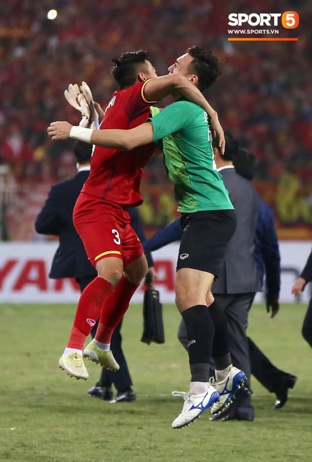 Vô địch AFF Cup 2018, thủ thành Văn Lâm bật khóc rưng rức khi ăn mừng cùng Quế Ngọc Hải - Ảnh 6.