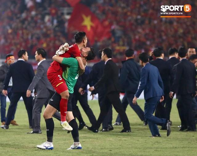 Vô địch AFF Cup 2018, thủ thành Văn Lâm bật khóc rưng rức khi ăn mừng cùng Quế Ngọc Hải - Ảnh 7.