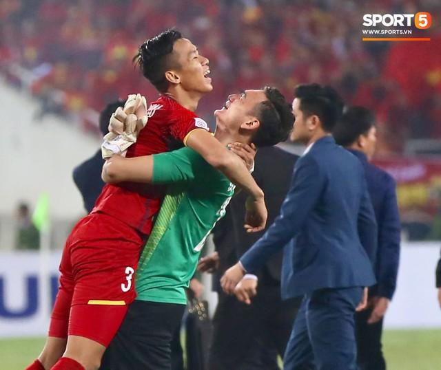 Vô địch AFF Cup 2018, thủ thành Văn Lâm bật khóc rưng rức khi ăn mừng cùng Quế Ngọc Hải - Ảnh 8.