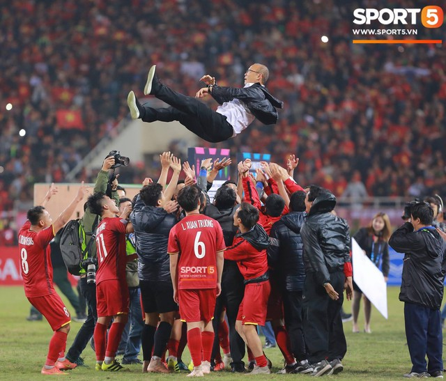 Giây phút HLV Park Hang-seo nhảy cẫng lên như đứa trẻ rồi òa khóc khi các học trò giành chức vô địch - Ảnh 2.