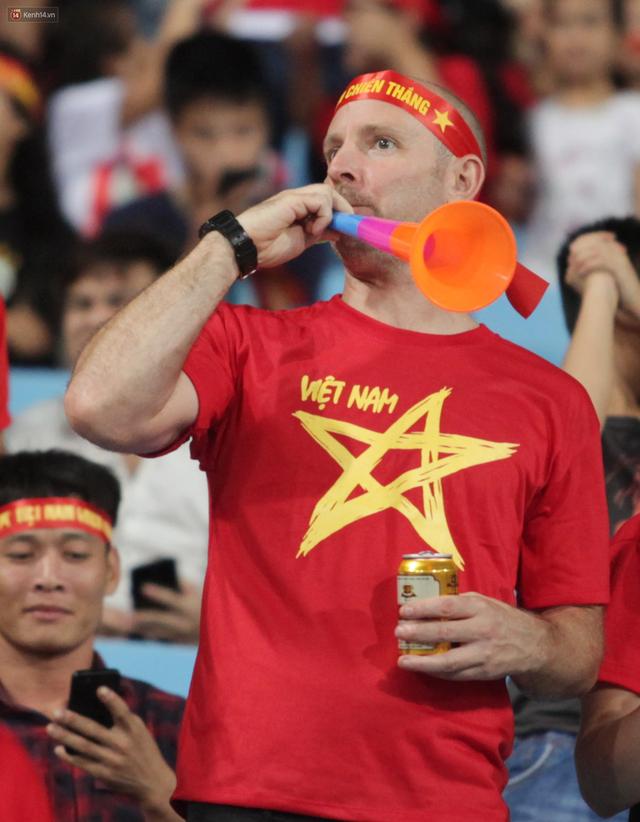 Chiến dịch nói không với kèn vuvuzela: Đại diện LĐBĐ Việt Nam tiết lộ lý do chưa nghĩ đến việc cấm món đồ tạo ra thứ âm thanh nhức óc này - Ảnh 2.