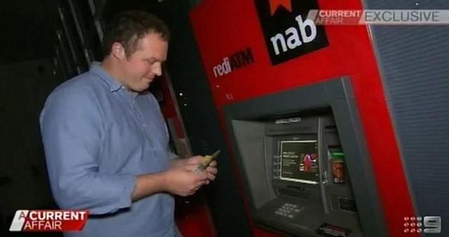 Làm giàu không khó: Anh bartender bỗng thành đại gia vì rút được gần 27 tỷ đồng từ chiếc máy ATM lỗi gần nhà - Ảnh 1.