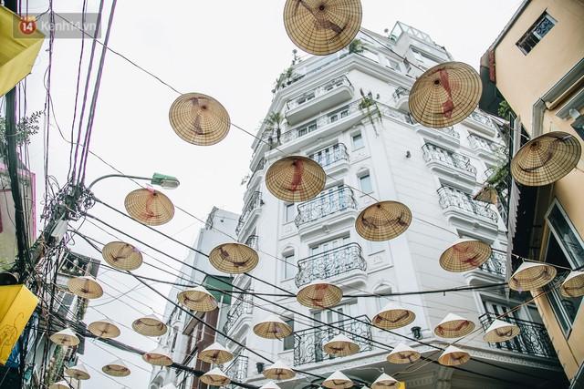 Sau con đường ô lãng mạn, Hà Nội xuất hiện Hội An thu nhỏ với 1.000 chiếc nón lá trên cao - Ảnh 2.