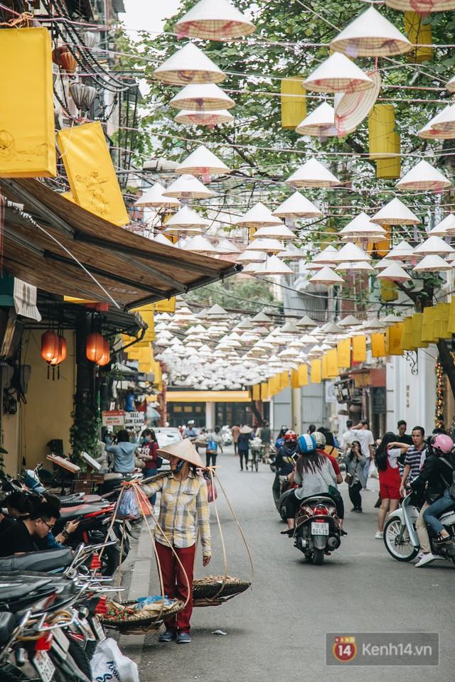 Sau con đường ô lãng mạn, Hà Nội xuất hiện Hội An thu nhỏ với 1.000 chiếc nón lá trên cao - Ảnh 13.