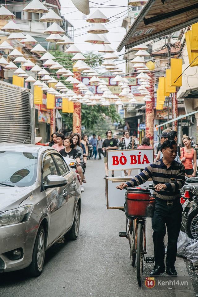 Sau con đường ô lãng mạn, Hà Nội xuất hiện Hội An thu nhỏ với 1.000 chiếc nón lá trên cao - Ảnh 14.