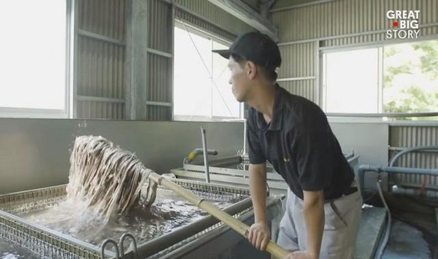 Kỳ công và tỉ mỉ, đây là cách người Nhật tạo ra loại giấy mỏng nhất thế giới - Ảnh 4.