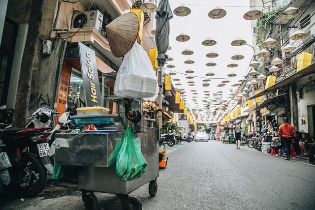 Sau con đường ô lãng mạn, Hà Nội xuất hiện Hội An thu nhỏ với 1.000 chiếc nón lá trên cao - Ảnh 6.